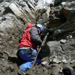 Hannes räumt noch Felsversturz aus dem Kluftspalt …