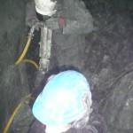 Der harte Amphibolithfels der Knappenwand kann dem schweren Pressluftbohrhammer nicht standhalten. Und Stück für Stück arbeiten wir uns in den Berg hinein.