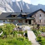Die Geraer Hütte mit dem Schrammacher im Hintergrund.