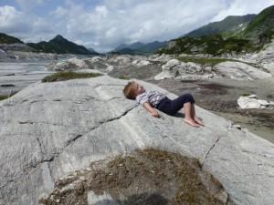 Steine suchen mit Familie und Freunden