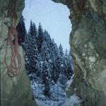 Blick aus der Kluft in den schönen Winterwald.